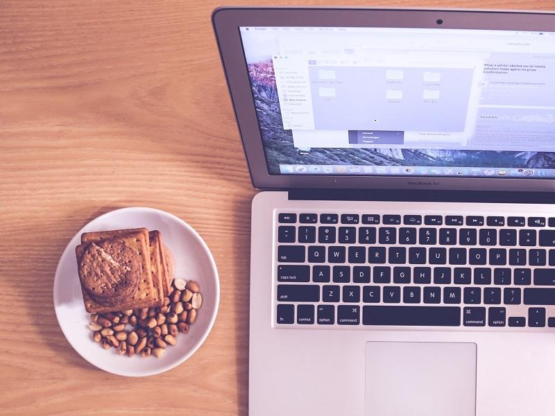 Laptop Kekse am Teller
