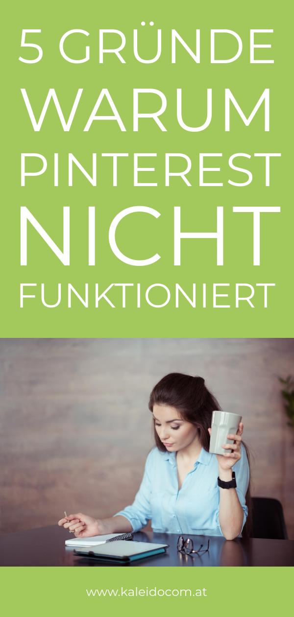 Frau schreibt auf Notizblock Pin, darum funktioniert Pinterest nicht